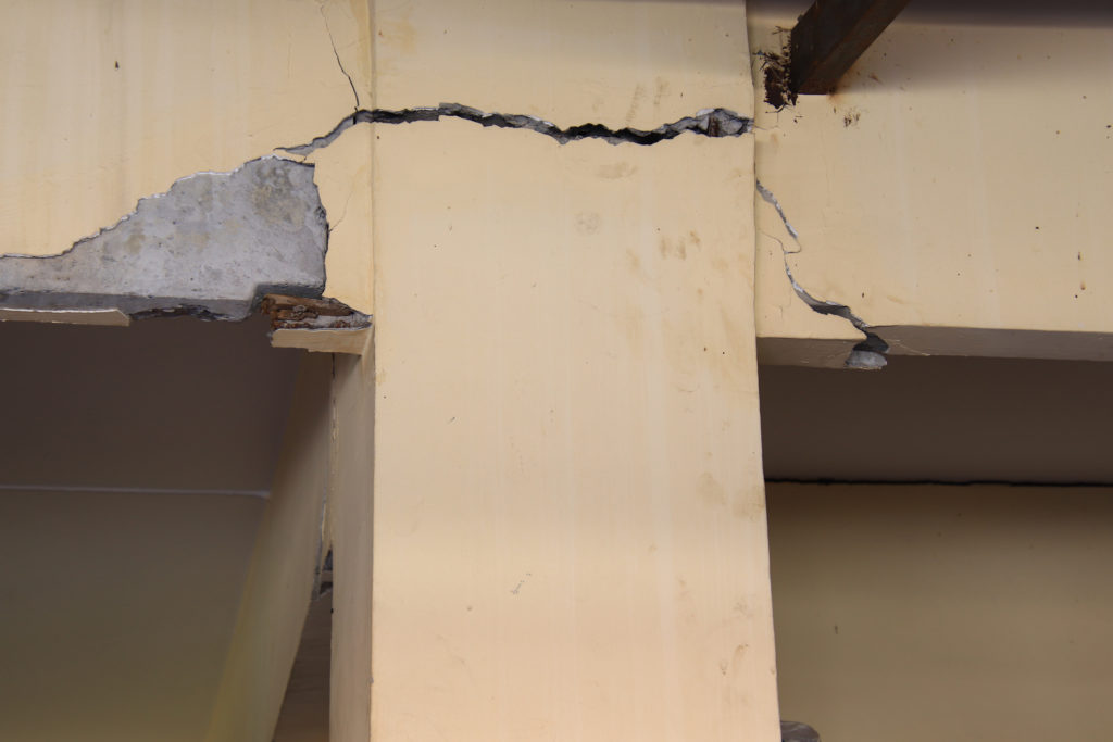 cracked column -structural defect